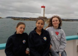 Les filles posent devant l'île de Bréhat