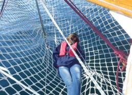 Louise dans la delphinière durant la navigation