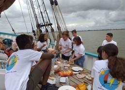 1er déjeuner des matelots sur le pont du bateau