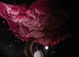Matelot impressionné par la peinture d'un arbre en relief