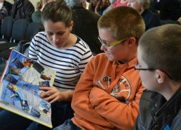 Elsa, Maël et Florent regardent le livre des expéditions 2012