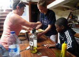 Préparation du déjeuner par Idrissa, Louis et Chloé