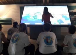 Les matelots observent avec attention la carte interactive