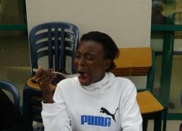 Emmanuelle mange une moule
