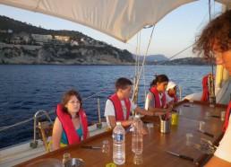 Les matelots mettent la table pour leur premier repas ensemble