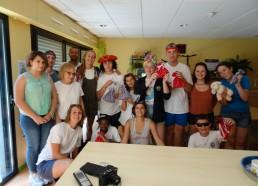 Une belle photo de groupe avec les cadeaux offerts par les adolescents hospitalisés