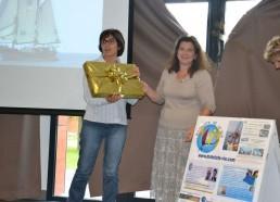 Lila, réferente de l'hôpital Mignot au Chesnay Versailles reçoit le cadeau pour leur arrivée en tête au Challenge des Matelots de la Vie