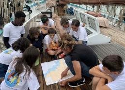 Le capitaine nous montre le trajet de la navigation d'aujourd'hui