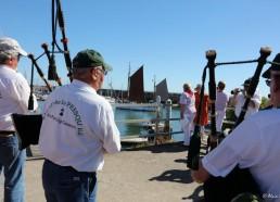 Entrée dans le port sous les sonneries du bagad « Ar Poulig Gwenn »