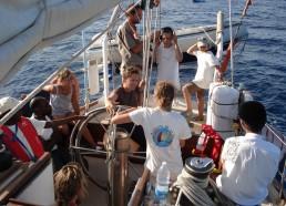 Réunion «poste arrière» : tout l'équipage discute des relations à bord, du rythme de l'expédition…