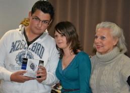Clément et Mélissa remettent le 3ème prix pour l'hôpital de Rouen: un appareil photo numérique