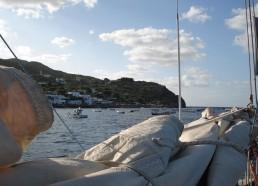 L'île de Panarea vue de la grand voile ferlée