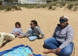 Détente des filles après le pique nique sur la plage, il faut bon au soleil le spieds dans le sable chaud