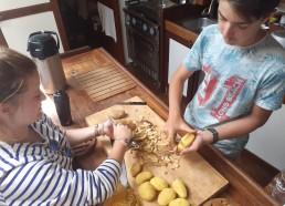 Préparation du hachis parmentier avec Nono et Ali
