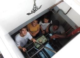 Corentin, Alwena, Amandine et Makhan arrivent jusqu'au moteur du bateau