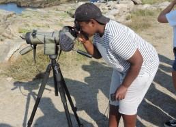 Makhan observe des oiseaux à la longue-vue