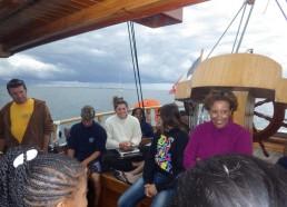Les matelots et Sadia, collaboratrice du groupe Lacour
