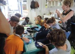 Atelier porte-clefs en néoprène récupéré à partir de combinaisons de plongée