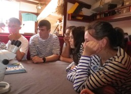 Écoute attentive d'Orlane, directrice de l'association « dévoile la mer »