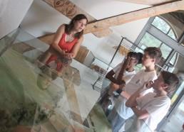 Christelle commence la visite du musée