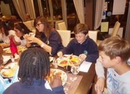 Les pizzas sont bien garnies, merci à Mathieu et Lili