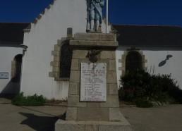 Au milieu du village, stèle en hommage aux enfants de l'île