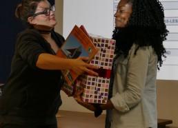 Ludivine remet le 1er prix à Naddly des Hôpitaux de Saint-Maurice