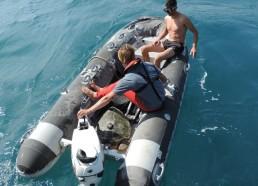 Jean-Baptiste et Thomas s'éloignent du bateau pour relâcher Gaïa