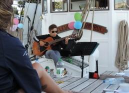 Elias à la guitare