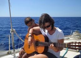 Loïc apprend à Mélissa à jouer de la guitare