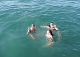 Est-ce que l'eau est bonne les filles ?