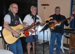 Rino (au centre, responsable du Centre Le Razay) offre un concert aux Matelots