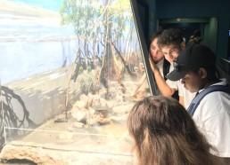 Les Matelots amusés par des crabes en plein repas