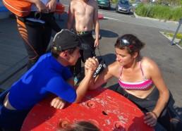 Concours de bras de fer entre Gatien et Isaure