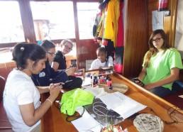 Emilie fait plaisir aux filles en proposant un atelier manucure