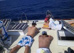 Sieste sur pont du bateau