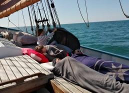 Paisible sieste sur le pont