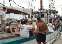 Ludivine et Aziliz répondent à un visiteur curieux du bateau et surtout de l'association