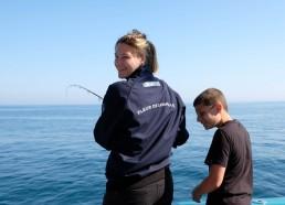 Sarah enseigne l'art de la pêche à Mathéo