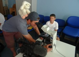 Fred troque sa caméra pour le microscope