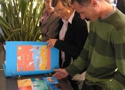 Philippe et Brigitte, membres de l'association des Matelots de la Vie regardent les carnet de bord