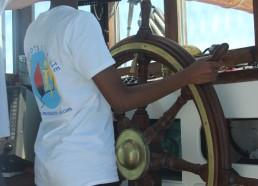 Hawa, première à la barre, bâbord, tribord !