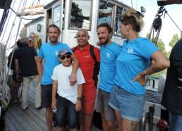 Elias offre aux marins leurs T-shirts