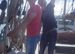 Grégoire, le capitaine, lance ses instructions à son matelot Louis