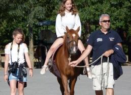 Lena en profite pour faire un tour de poney