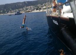 Alexandre surfe sur l'eau