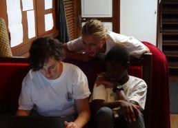 Romane et Idrissa aidés par Lucie sur le carnet de bord