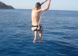 Mickaël fait des acrobaties pendant une baignade