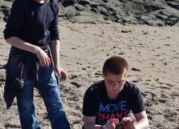 Hugo et Maël ont trouvé un crabe