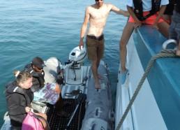 Amandine découvre comment monter à bord de l'annexe